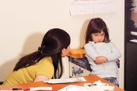Hãy làm gương cho bé học theo trước khi dạy bé trong cách hành xử, nói năng