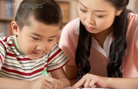 Mẹ có thể vận dụng nhiều cách để hỗ trợ bé tập viết một cách hiệu quả