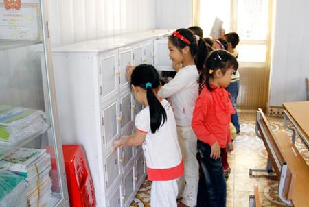 Tại lớp học, mỗi em có một tủ đồ cá nhân.