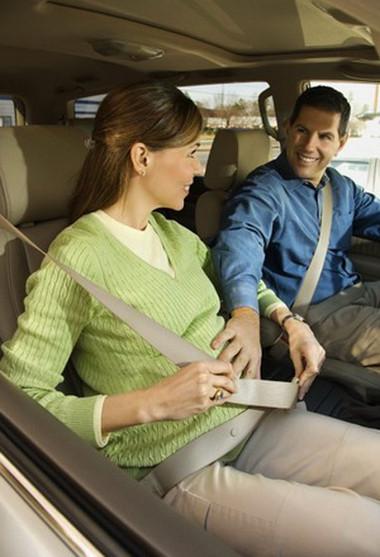 Thắt dây an toàn đúng cách để bảo vệ cho mẹ và thai nhi.