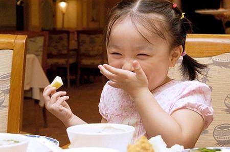 Rất nhiều bé kém tập trung ăn uống ở độ tuổi mẫu giáo.