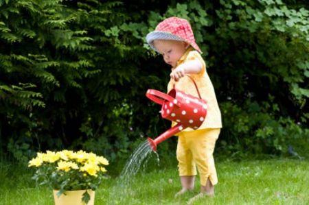 Trẻ bị ngộ độc do bắt chơi, đụng phải sâu róm trong vườn cây