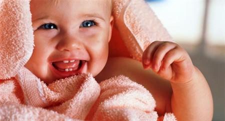 Khi trẻ được 6 tháng tuổi sẽ mọc những chiếc răng đầu tiên.