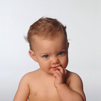 Mút tay - một hành động không thể thiếu ở trẻ sơ sinh