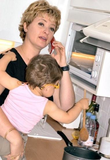 Không nên cho trẻ lại gần bếp khi đang nấu ăn.