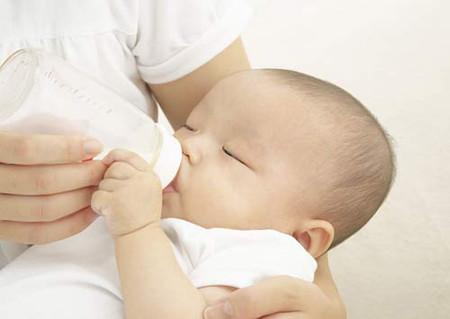 Uống sữa bột thay vì sữa mẹ sẽ làm trẻ dễ bị tiêu chảy, táo bón...