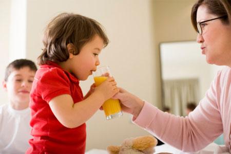 Không nên cho trẻ uống nước trái cây trước khi ăn hoặc coi nước trái cây là một bữa phụ