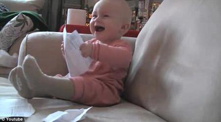 Trò chơi xé giấy có thể khiến bé rất vui và lại có tác dụng giúp bé rèn luyện