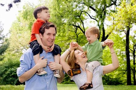 Cha mẹ cần làm gương cho con từ lời nói đến hành động vì trẻ sẽ nhìn hành động của cha mẹ để học.