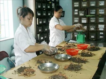 Để đảm bảo an toàn, người dân cần bốc thuốc tại cơ sở YHCT tin cậy.