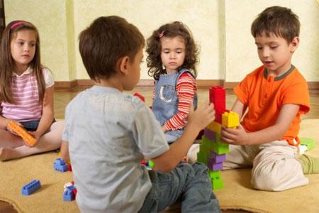 Hãy dạy bé biết chia sẻ đồ chơi và cùng chơi với bạn.