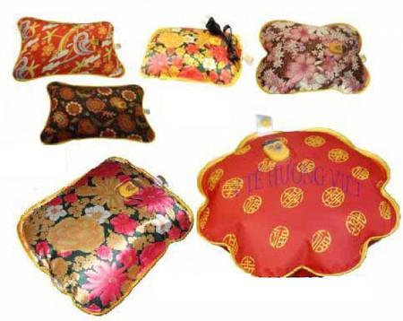 Trên thị trường hiện nay có khá nhiều loại túi sưởi, chủ yếu là các nhãn hiệu trong nước với giá khoảng 80 - 150.000 đồng một chiếc.