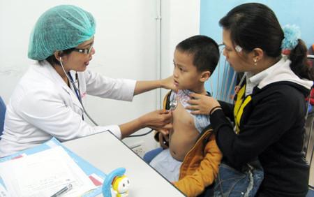 Khi thấy con có những triệu chứng của bệnh viêm xương tủy đường máu thì cần đưa trẻ đi khám bác sĩ ngay.