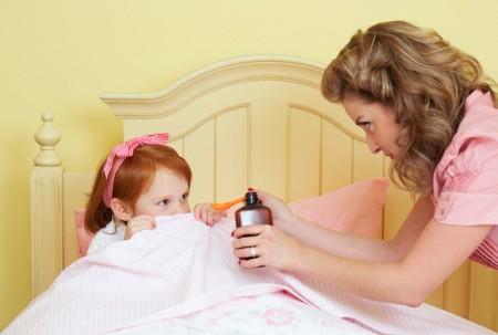 Cha mẹ cần cẩn thận với các loại thuốc vì chúng có thể gây dị ứng cho trẻ nhỏ.