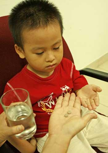 Với những loại thuốc viên, bạn cần đề phòng hiện tượng hóc ở trẻ nhỏ.