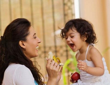 Ngoài chế độ dinh dưỡng, cách chúng ta vui chơi, dạy dỗ trẻ cũng góp phần phát triển trí tuệ của trẻ.