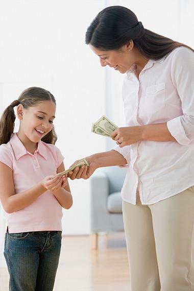 Cha mẹ nên dạy con giá trị của đồng tiền.