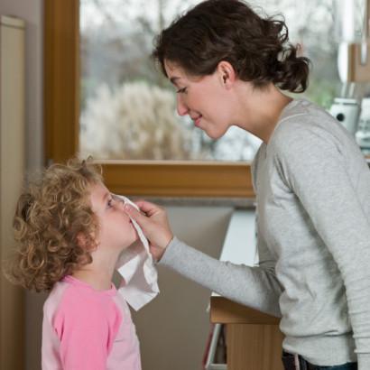Đừng để phải mang bệnh vì mẹ hút mũi con bằng… miệng!