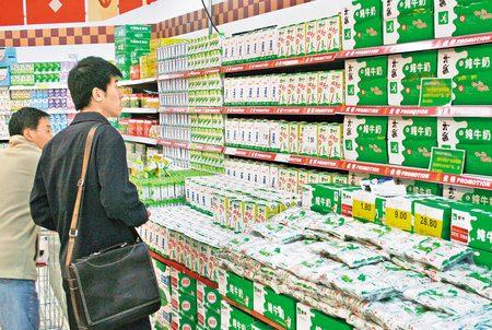 Các loại sữa của Mengniu sản xuất đang được bày bán ở Trung Quốc.