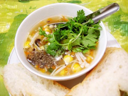 Súp gà là món ăn rất tốt giúp bạn ngăn ngừa chứng cảm lạnh trong mùa đông