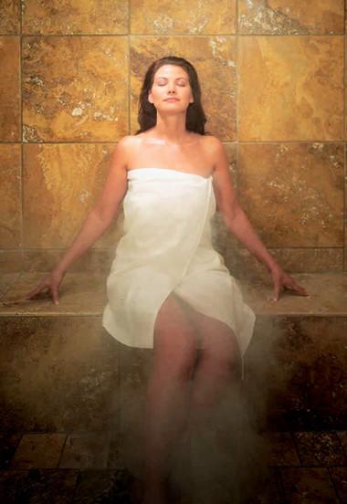 KHi mang bầu, chị em không nên đi tắm hơi vì nhiệt độ quá cao của phòng tắm hơi có thể gây dị tật cho thai nhi.