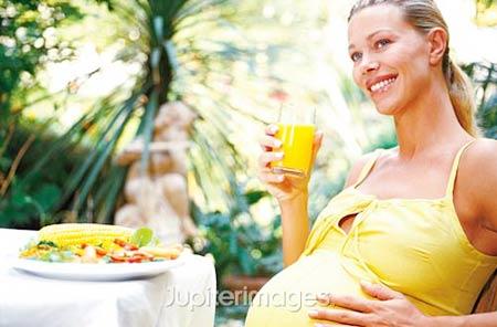 Bà bầu nên có chế độ ăn uống cân bằng để tăng cân hợp lý.