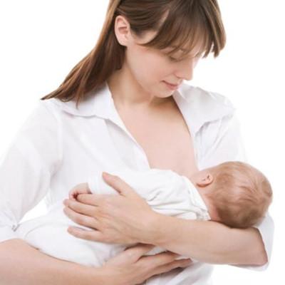 Bé 4 tháng tuổi vẫn cần được bú mẹ hoàn toàn.