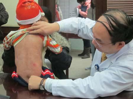 Các vết lở loét trên người bé Việt Anh đã gần như khỏi hoàn toàn.
