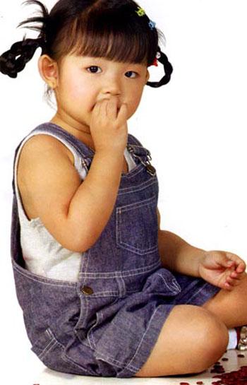 Ngày Tết thường có nhiều các loại hạt, cha mẹ nên cẩn trọng khi bé cầm đến những loại hạt đó.