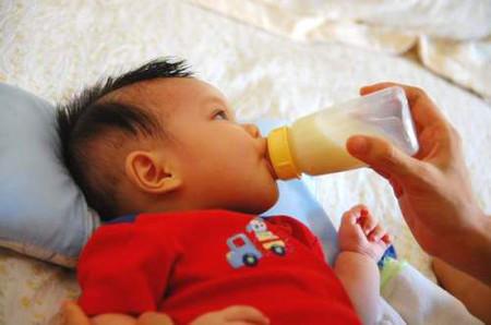 Nên tập cho bé bú bình trước khi mẹ đi làm 2 tuần.