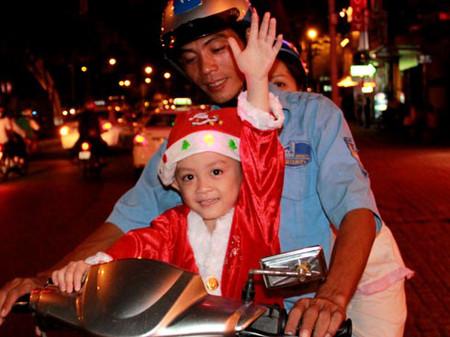 Nhiều đứa trẻ được làm quen với không khí lễ hội Tây trên đất Ta từ khi còn rất nhỏ.