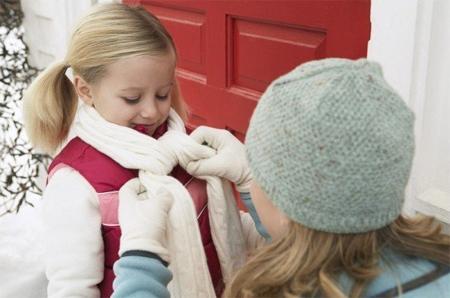 Trong mùa lạnh trẻ cần được mặc ấm nhưng cũng cần phải đảm bảo sự thông thoáng cần thiết.