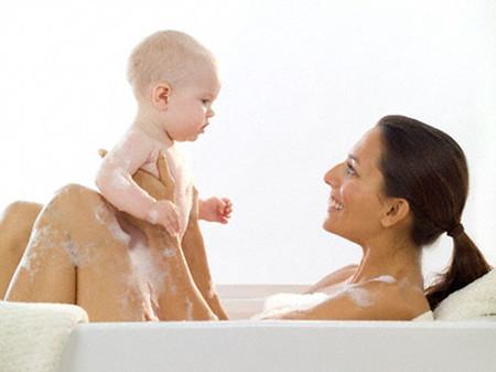 Tắm cùng với con là việc làm không nên tiếp diễn khi trẻ đã có những nhận thức về giới.