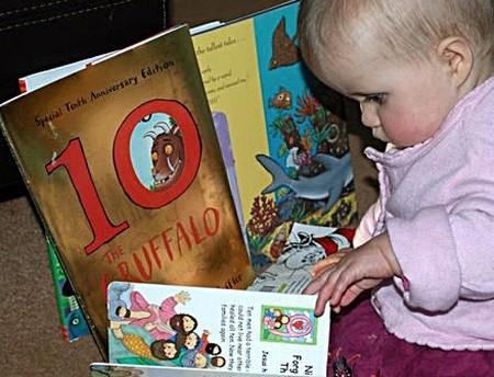 Bé 11 tháng tuổi đã bắt đầu quan tâm tới sách