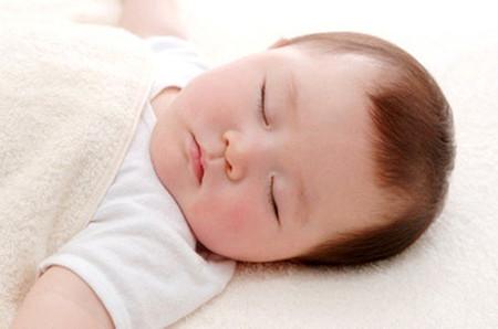 Trẻ sơ sinh thường ngủ theo bản năng.