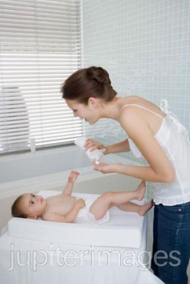 Cần phải cẩn trọng với bất cứ chế phẩm nào dùng trên da của bé