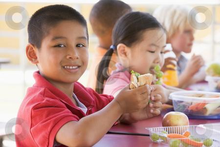 Thói quen ăn uống tốt là tiền đề thuận lợi cho sức khỏe và sự phát triển của trẻ