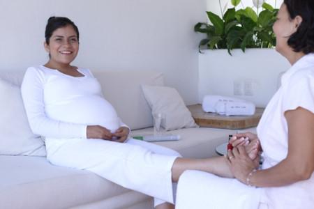 Massage nhẹ nhàng chân bà bầu giúp họ thư giãn hơn.