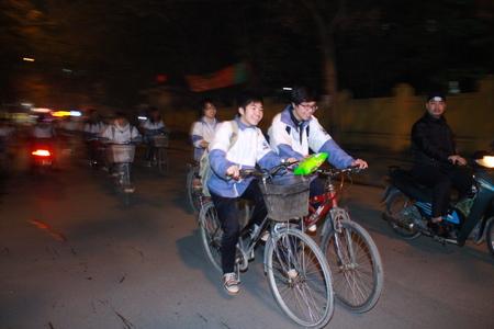 Học sinh tan trường quá muộn là sự bất cập của việc đổi giờ học, giờ làm ở Hà Nội