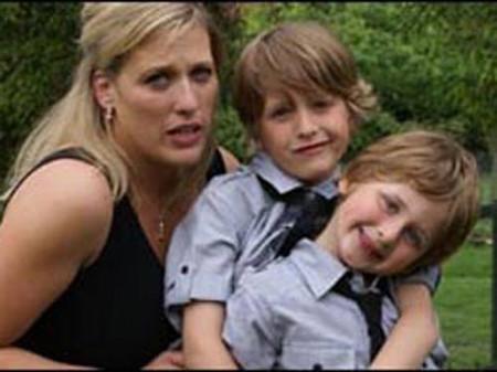 """Chị Andrea Antunes, ở Norfolk, lần đầu tiên cảm thấy con trai """"có vấn đề"""" khi cậu bé 18 tháng tuổi. Tuy nhiên, mãi tới 6 tuổi cậu bé mới được chẩn đoán bệnh và được dùng thuốc. Hiện tại, con trai chị Andrea Antunes đã 8 tuổi và học tập tốt ở trường."""