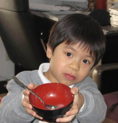 Dù bạn cho bé ăn thực phẩm gì thì vẫn nhớ một điều: không được bỏ qua bữa sáng của bé.