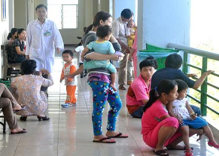 Bệnh nhi mắc bệnh tay chân miệng nhập viện tăng đột biến khiến các bệnh viện, trung tâm y tế ở các tỉnh miền Trung quá tải.