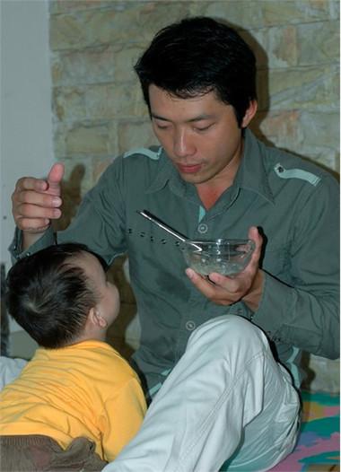 Có một số ông bố rất hào hứng với nhiệm vụ cho con ăn