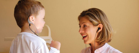 Điếc bẩm sinh có thể là do nhiễm virut trong thời kỳ mang thai nhưng chủ yếu là do yếu tố di truyền