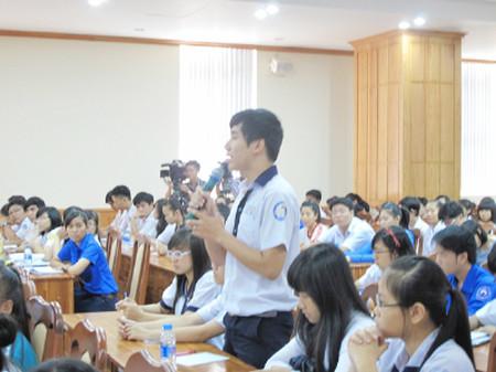 Học sinh phát biểu tại buổi đối thoại