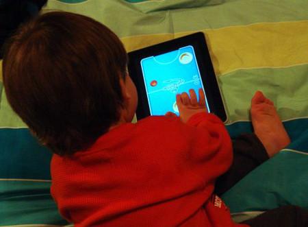 Các bậc phụ huynh không nên cho trẻ dùng iPad quá sớm.