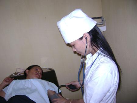 Đi khám khẩn cấp khi gặp triệu chứng khó thở, tức ngực hoặc đau bụng, chóng mặt đột ngột...