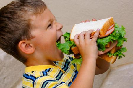 Trẻ nhỏ không nên ăn uống quá thừa dinh dưỡng.