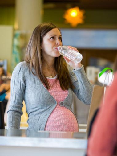 Nước giúp ích rất nhiều trong việc hạn chế những vết rạn trên bụng bầu