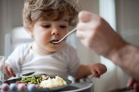 Mớm thức ăn giúp củng cố hệ thống miễn dịch cho trẻ.
